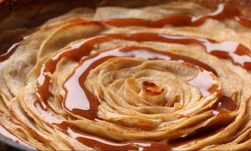 Πανεύκολη μηλόπιτα χωρίς μίξερ με σιρόπι καραμέλας (vid)
