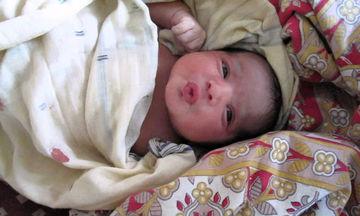 Τόσο γλυκό! Νεογέννητο βρέφος περιμένει τη μαμά του να θηλάσει (vid)