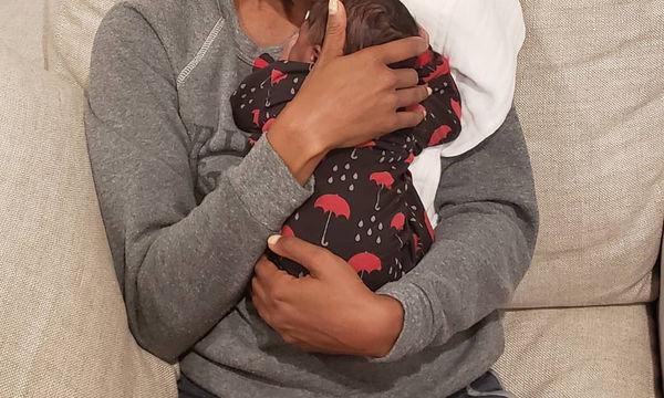Η πρώτη φωτογραφία στο σπίτι με το αγγελούδι της μετά τα νέα ότι έγινε μητέρα μέσω παρένθετης (pics)