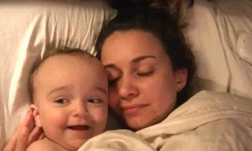 Θα λιώσετε! Δείτε  τι κάνει το μωρό όταν ξαπλώνει δίπλα στη μαμά του (vid)