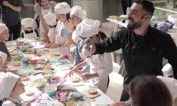Ο Κυριάκος Μελάς μας μαθαίνει πώς θα μάθουμε να μαγειρεύουμε υγιεινά στα παιδιά μας (vid)
