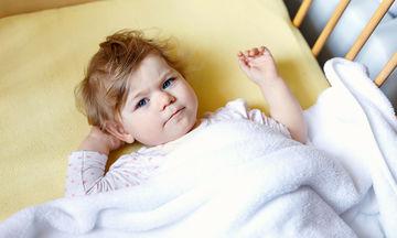 Ιδρώνει το παιδί σας τη νύχτα; Ποια είναι τα πιθανά αίτια (vid)
