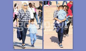 Φαίη Σκορδά: Η βόλτα με τον γιο της και η αγκαλιά