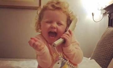 Φανταστική η μικρή! Μιλάει με νάζι  στο τηλέφωνο και γίνεται viral (vid)