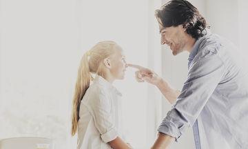 Γιατί οι μπαμπάδες κάνουν πιο εύκολα τα χατίρια στα παιδιά τους;