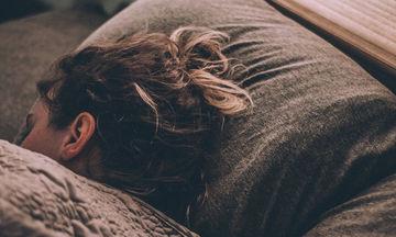 Δεν κοιμάσαι καλά το βράδυ τον τελευταίο καιρό; Δες τι πρέπει να κάνεις για να το διορθώσεις!