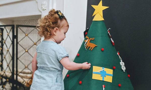 Παιδιά στολίζουν το Χριστουγεννιάτικο δέντρο (pics)
