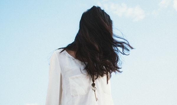 Το πιο εύκολο κόλπο για να ενυδατώσετε τις άκρες των μαλλιών σας