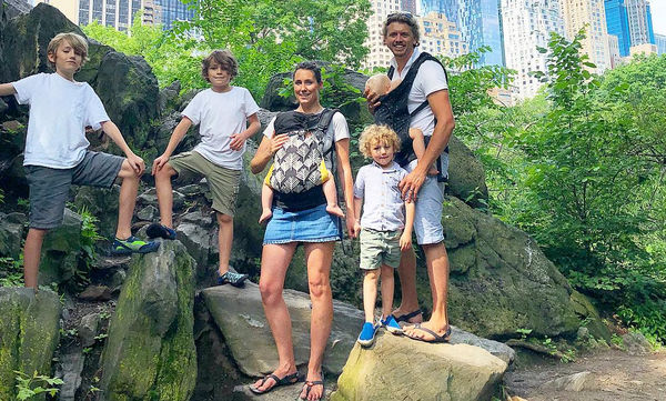 Ταξιδεύουν ανά τον κόσμο με τα πέντε παιδιά τους και το απολαμβάνουν (pics)