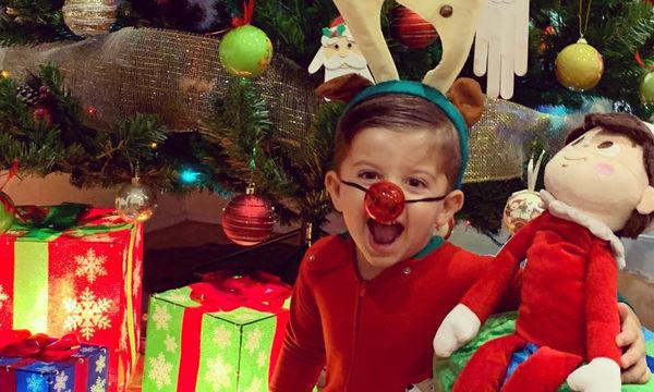 Γονείς φωτογραφίζουν τα παιδιά τους με χριστουγεννιάτικο φόντο (pics)
