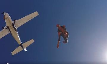 Αλεξιπτωτιστής ντυμένος Spiderman μας κόβει την ανάσα! (vid)