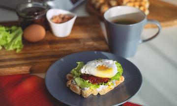 Εύκολα σάντουιτς για ένα γευστικό πρωινό (vid)