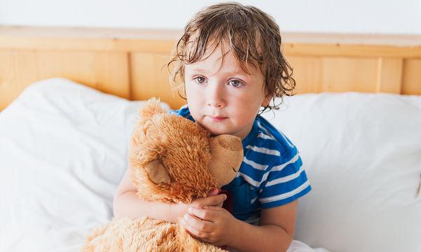 Το παιδί μου βρέχει το κρεβάτι του. Γιατί συμβαίνει αυτό και τι μπορώ να κάνω;