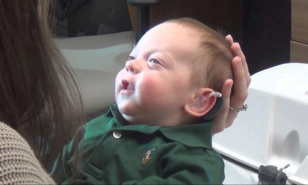 Θα συγκινηθείτε: Δείτε πώς αντιδρά το μωράκι όταν ακούει για πρώτη φορά τη φωνή των γονιών του (vid)