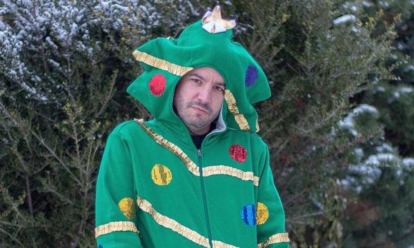 Πόζαρε φορώντας τα πιο αστεία χριστουγεννιάτικα ρούχα που έχετε δει (pics)