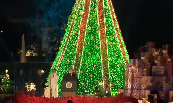 Άναψε το χριστουγεννιάτικο δέντρο στο Ροκφέλερ: Παραμυθένιο σκηνικό (vid)