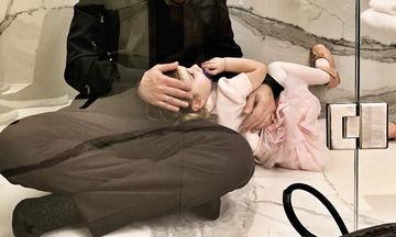 Έλληνας τραγουδιστής: Κατά τη διάρκεια φωτογράφισης η κόρη του όρμηξε στη ντουζιέρα για αγκαλιές