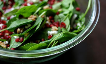 Δροσερή χριστουγεννιάτικη πράσινη σαλάτα με ρόδι και καρύδια (vid)