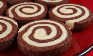 Χριστουγεννιάτικη συνταγή: Δίχρωμα μπισκότα με κακάο και βανίλια (vid)