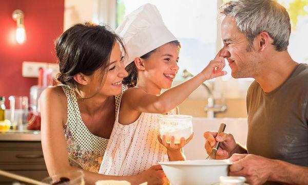 Η μαμά, ο μπαμπάς και τα παιδιά στην κουζίνα ετοιμάζουν χριστουγεννιάτικες λιχουδιές! (pics)