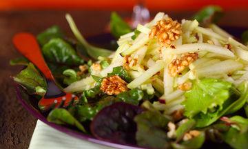 Xριστουγεννιάτικη πράσινη σαλάτα με ρόδι, μήλο και παρμεζάνα - Εύκολη και ξεχωριστή στη γεύση (vid)