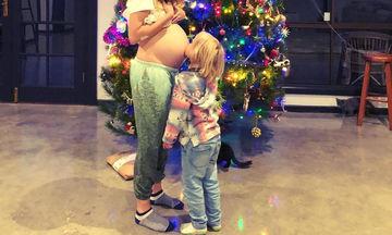 Φωτογραφίζεται στον 6ο μήνα της εγκυμοσύνης της μπροστά από το Χριστουγεννιάτικο δέντρο (pics)