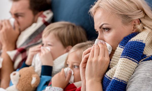 Εποχιακές ιώσεις: Μικρά και απλά μυστικά για να μην κολλήσει όλη η οικογένεια