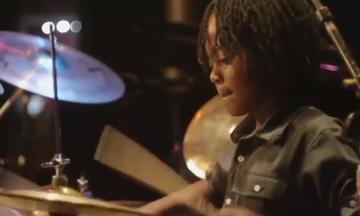 Είναι μόνο 9 χρονών και παίζει καταπληκτικά drums. Ακούστε τον! (vid)