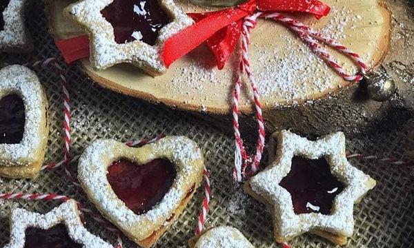 Μπισκότα μαρμελάδας: Φτιάξτε τα μαζί με τα παιδιά για να γλυκάνετε τον Άγιο Βασίλη (pics + vid)