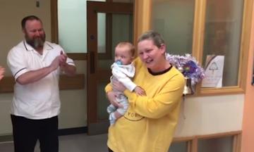 Νίκησε τον καρκίνο και πέρασε τα πρώτα Χριστούγεννα με το μωρό της (vid)