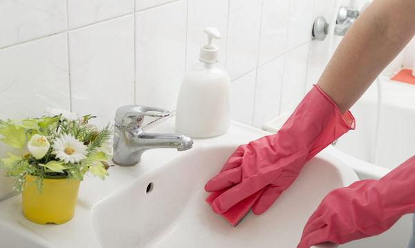 Πώς να φτιάξετε καθαριστικό από φυσικά υλικά και έλαιο τσαγιού για να φρεσκάρετε το μπάνιο σας
