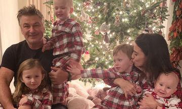 Hilaria και Alec Baldwin: Δείτε πώς περνούν τις γιορτές με τα παιδιά τους (pics)
