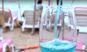 Τι θα λέγατε για ένα ποτήρι… τυρκουάζ κρασί; Στη Γαλλία κάνει θραύση! (vid)