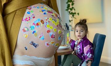 Η κόρη της, γέμισε με αυτοκόλλητα τη φουσκωμένη της κοιλιά (pics)