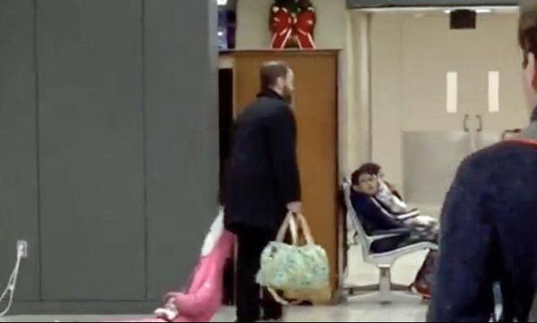 Μπαμπάς σέρνει την κόρη του στο αεροδρόμιο και οι απόψεις διίστανται για τη συμπεριφορά του (vid)