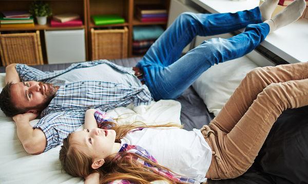 Πώς αντιδρά ένας μπαμπάς στην πρώτη ερωτική απογοήτευση της κόρης του;