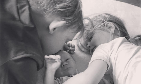 Παρουσιάστρια πόσταρε την πιο όμορφη φωτογραφία με τα τρία παιδιά της (pics)