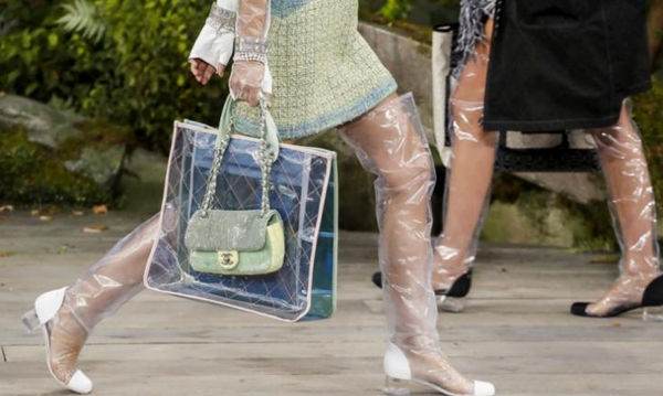 10 διαφανείς τσάντες που θα θέλεις οπωσδήποτε να κρατήσεις και είναι το απόλυτο must του χειμώνα