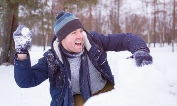 Μπαμπάδες παίζουν στα χιόνια σαν μικρά παιδιά! (vid)