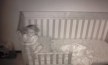 Από την κούνια στο κρεβάτι: Δείτε πώς αντιδρά η πιτσιρίκα την 1η νύχτα στο δωμάτιο (vid)