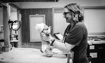 Φωτογραφίες με νοσοκόμες που βοηθούν μητέρες να γεννήσουν. Είναι πραγματικά σπουδαίες! (pics)