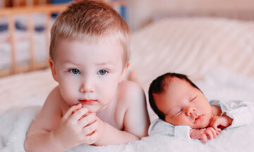 Αδερφικές σχέσεις: Tι πρέπει να κάνουν οι γονείς όταν έρθει νέο παιδί στην οικογένεια