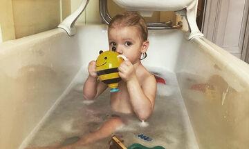 Φωτογράφισε τον γιο της στη μπανιέρα και το Instagram «έλιωσε» (pics)