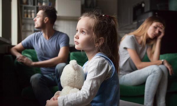 Σε ποια ηλικία τα παιδιά επηρεάζονται περισσότερο από το διαζύγιο των γονιών; (vid)