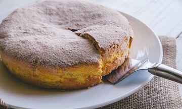 Λαχταριστό κέικ με γιαούρτι και μήλα (vid)