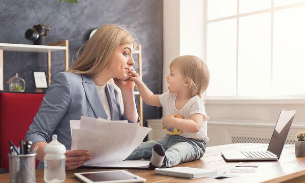 Εύκολα βήματα για να βοηθήσετε το μωρό σας να πει τις πρώτες τους λεξούλες (vid)
