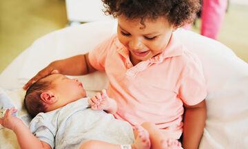Δείτε πώς αντιδρούν τα μεγαλύτερα αδέλφια όταν αντικρίζουν για πρώτη φορά το νεογέννητο μωρό (vid)