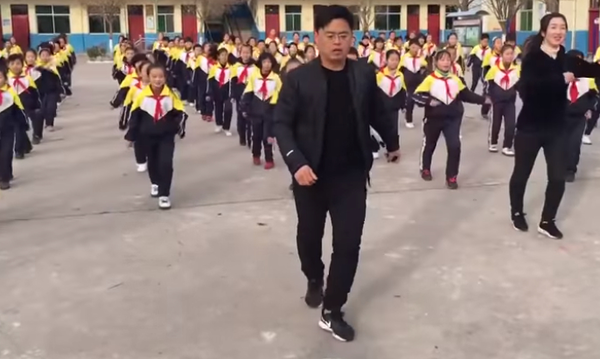 Διευθυντής δημοτικού τραγουδάει και οι μαθητές του χορεύουν στα διαλείμματα (vid)