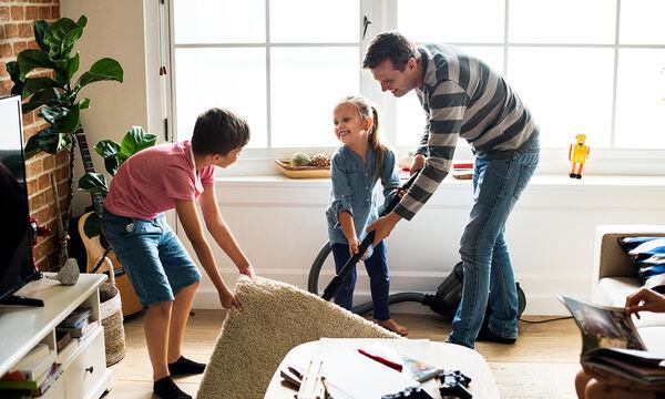 Πρέπει ή όχι ένας άνδρας να βοηθά τη γυναίκα του στις δουλειές του σπιτιού;