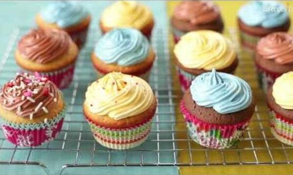 Φτιάξτε cupcakes μαζί με τα παιδιά σας ακολουθώντας αυτή την εύκολη συνταγή (vid & pics)